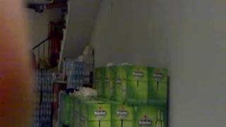 在雜貨店倉庫慾火難耐,只好壓著海尼根來當床用.....