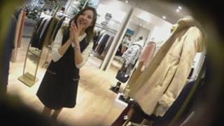 真‧偷拍神人!!假裝詢問熱心的店員 ,其實是想偷看內褲是甚麼花樣 5