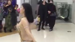 舞者跳舞炒熱氣氛!盡情扭動...彎腰頭髮往天一甩!胸罩跟著掉下來:連胸貼都沒貼