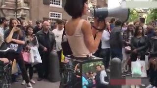 国外行为艺术家在街头让人随便摸奶扣逼