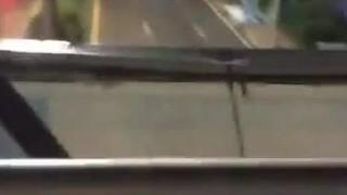深夜福利,情侶天橋上野戰~汽機車呼嘯而過好刺激!(有影)