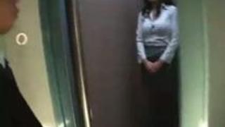 【olero動画】密室のエレベーターの中でノーブラ美熟女さんに誘惑されちゃう新入社員の男性ww