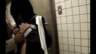 真面目そうな制服美少女 pee女子高生 揉まれが汚い公衆トイレでおじさんといかがわしい行為
