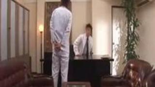 (xvideos)医院長先生に着衣のままハメられちゃう新人ナース!