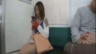 電車で座っていたら隣の子がウトウトしはじめ、まさか!