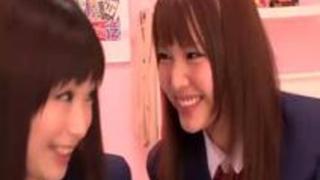 貧乳の女子校生の無料rezu動画。思春期の女子校生2人がパジャマ姿でレズプレイ!