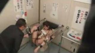 【凌辱レイプ動画】公衆便所に手足を縛り付けられたギャルがチンカスまみれの肉棒で中出しレイプされる・・・