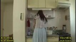 夫に相手にされない火照ったカラダを持て余した美妻たちが住むマンションの管理人になった僕!色々と理由を付けて部屋に呼び出…