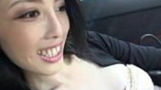 美しい角質の日本人女性がファックし、車で舐める2