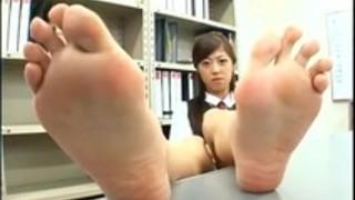 【パンスト】昼休みの黒パンストを履いたOLの足の裏の匂いを嗅ぐ変態オヤジ【足裏】
