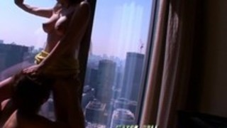 高層ホテルの窓際で開放的な見せ付けセックス