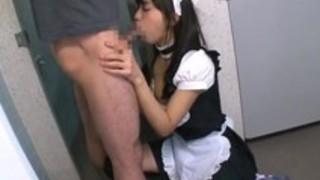 メイド喫茶で働く辻本杏はイラマご奉仕により徐々にチンポで喉奥を責められる快感に目覚める