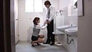 空腹のアジアのオフィスのひよこは、公衆トイレでコックを吸う