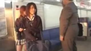 日本の女子高生、地下鉄でオールド・ファット・ガイを虐待