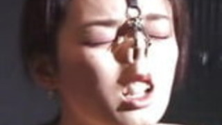 奇妙なJAV BDSM縛られた紐と鼻のフック