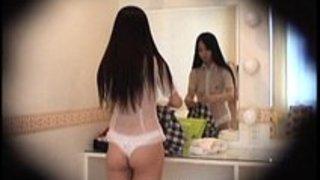 【着替え盗撮動画】ショーパブで働くロリ体系のお姉さんが透けてるJKの制服に着替える所を盗撮w