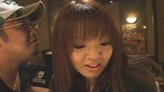 【Hitomi】パイパン爆乳ギャルが誰にも気付かれずに手マンで大失禁!どう考えても気付くけどね