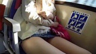 【パンチラxvideos盗撮動画】バスに乗ってるミニスカ履いたお姉さんのパンチラをゲット!さかにやりすぎた盗撮師w