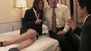 かなりの日本の秘書は2人の同僚から顔とクリームのパイを手に入れます