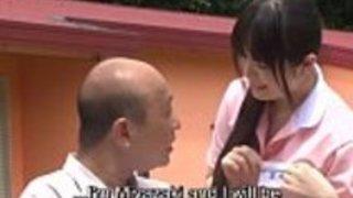 奇妙な日本の半分裸の介護者の屋外HD