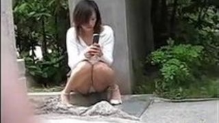 【パンチラxvideos盗撮動画】街で座ってるお姉さんのパンチラを盗撮師が隠し撮りw
