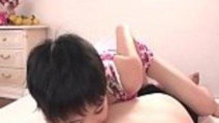 セックスのために彼女の男を誘惑している可愛いベイブ・イーダサクラ