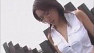 日本の教師は脅迫と顔が学校の屋根の上に犯さ