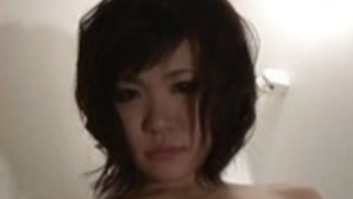漁網深い喉の日本のふしだらな女彼女の膝の上に2つのハードディック