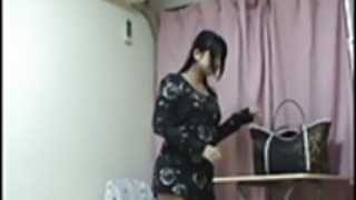 日本の十代の女の子の脱衣を覗き見。