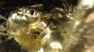 金色のボディーペイント