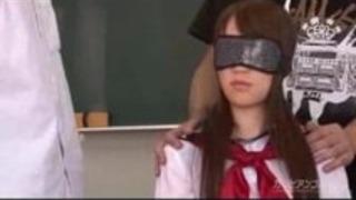 バイブレーターを使用して男性がオーガズムに行われた日本の女子高生