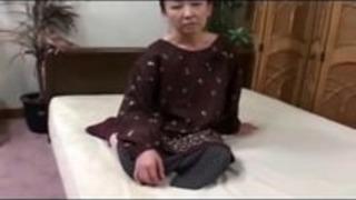 54yr古い多毛日本のおばあちゃんは、まだスペルマをクレイブス(無修正)