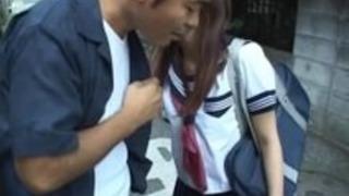りこ荒木はアジアのティーンは彼女の男との熱い時間を楽しんでいます