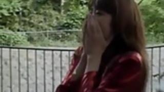 未来広岡は、自然の中でへまを吸います