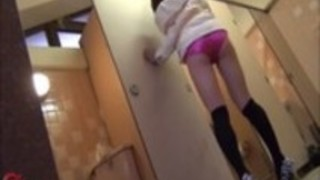 【イタズラ盗撮動画】公衆トイレに入る前の素人ギャルをガムテープで両手拘束…止まらないお漏らしww