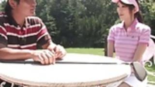 いたずらなブルネットは、ゴルフのゲームの後にスタッドのペニスを吸います