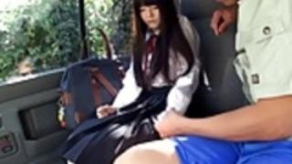 車の中で犯さ小さな日本の女子高生の口