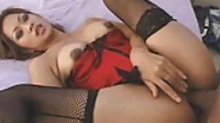 魅力的な日本のいとうは、不潔な肛門性交を楽しんでいます
