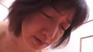 やせっぽちのアジアの女の子は、彼女の毛深いあそこでコックにフィットし、それをこぶ
