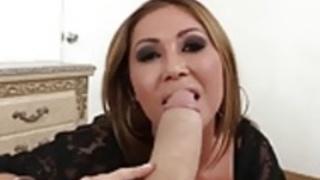 アジアの熟女KiannaディオールPOVモンスターコックを吸う