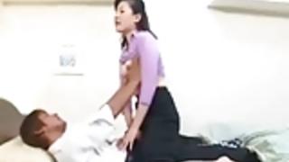 【無修正】若い男の肉棒を妖しく舐る熟女!