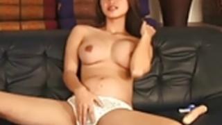 スリムでセクシーなアジアは彼女のぬれた毛むくじゃらの猫と遊びました