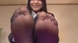 【碧しの】パンツスーツなパンスト姐さんが足裏見せびらかしてM男に足の香りを楽しませてる
