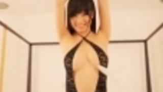 高崎聖子羽でくすぐられてるパックリと前が開いた衣装のエロバディー