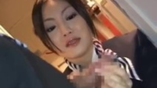 アジアのスチュワーデスが飛行機で熱い手コキを与える