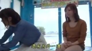こちらの美女二人組がかなり際どい水着を着てエロエロツイスターゲームにチャレンジすると、、、