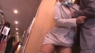 【潮吹き痴◯漢】「ああっ、ダメぇぇーッ!!」必死で拒む美術館の受付嬢が強制失禁潮吹き!!