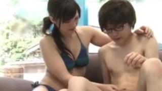 【人妻手コキ】水着姿の人妻素人の、手マンセックスフェラプレイエロ動画!!いいおっぱいですね!