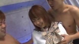 いちご森野いたずらなアジアの女子高生は、信じられないほどのダブルフェラチオを与えます