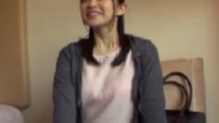 新山沙弥:魅力たっぷりの美女妻。照れ混じりのよそよそしい雰囲気から始まる寝取られSEX